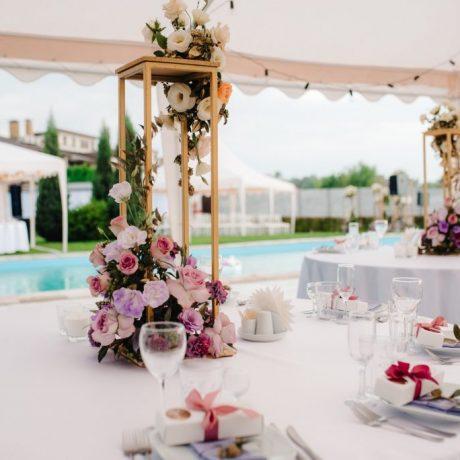 elegant-wedding-decorations-made-of-natural-flowers.jpg